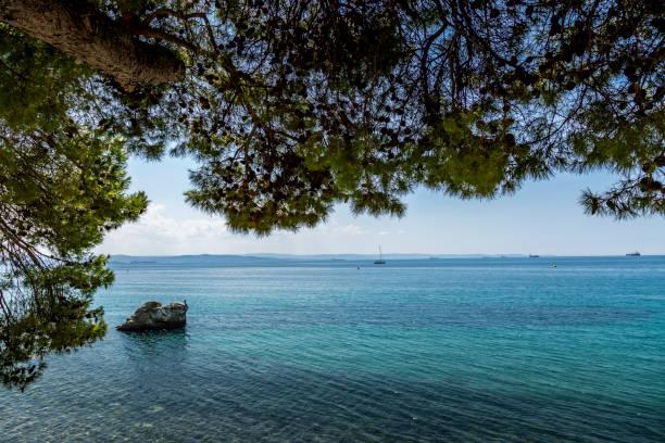 Küste in Triest Italien nicht weit weg von Castello di Miramare an einem sonnigen Tag im Sommer. – Foto