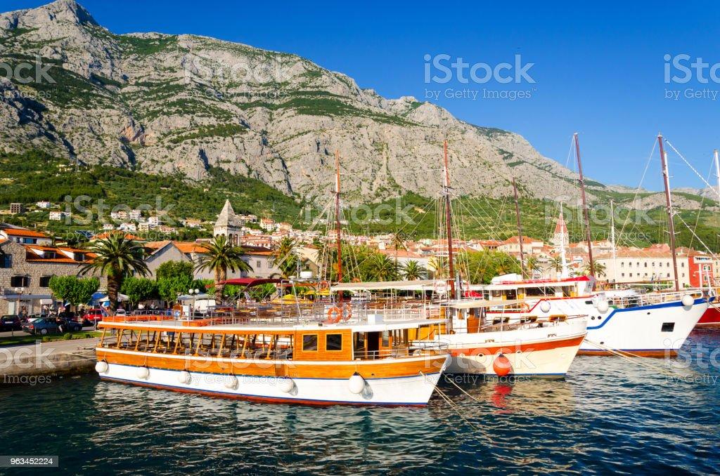 coast of Makarska Riviera with Biokovo mountains, Dalmatia, Croatia - Zbiór zdjęć royalty-free (Architektura)