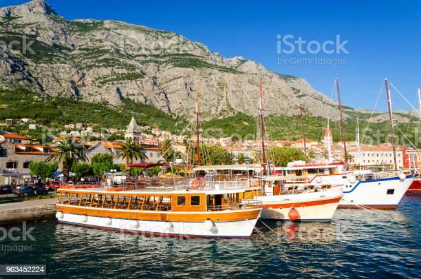 Wybrzeże Riwiery Makarskiej Z Górami Biokovo Dalmacja Chorwacja - zdjęcia stockowe i więcej obrazów Architektura