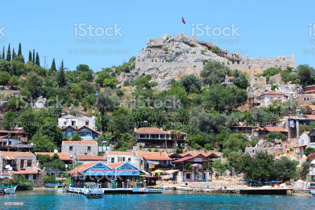 Adada antik Likya şehirleri kalıntıları ve mezar-lahitler, Aperlai, Simena Teimussa Dolihiste ile modern pitoresk köy deniz kıyısında. stok fotoğrafı