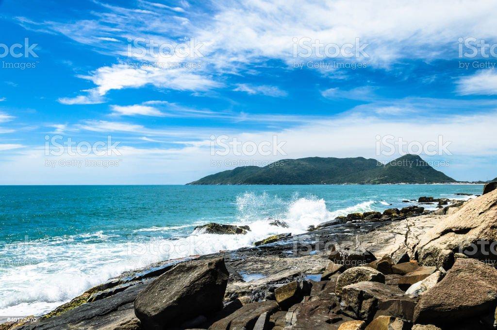 Coast with rocks and waves of sea hitting the rocks - foto de acervo