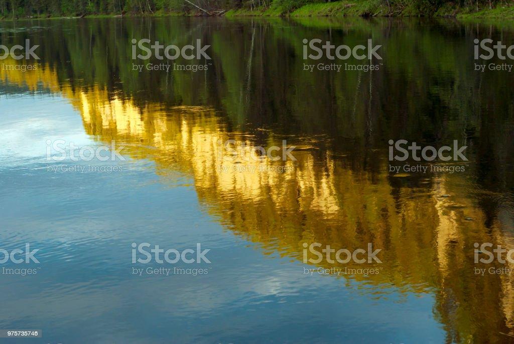 küstenklippen spiegeln sich in den Fluss - Lizenzfrei Abgeschiedenheit Stock-Foto