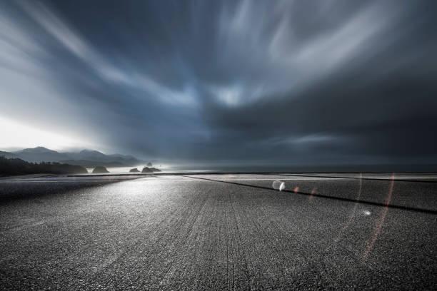 Küstenstraße unter Gewitterwolken – Foto