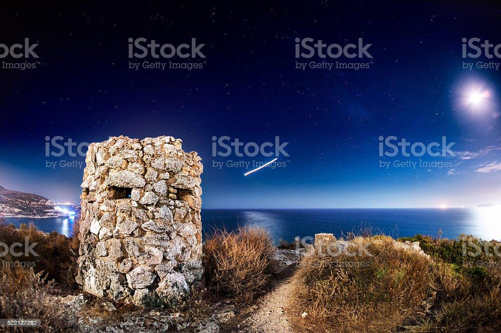 Coastal tower sob a Via Láctea - foto de acervo