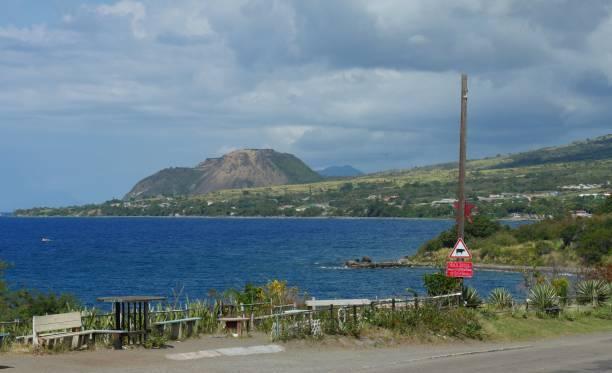 coastal ansicht des dorfes herausforderer in st. kitts - nevis tal stock-fotos und bilder