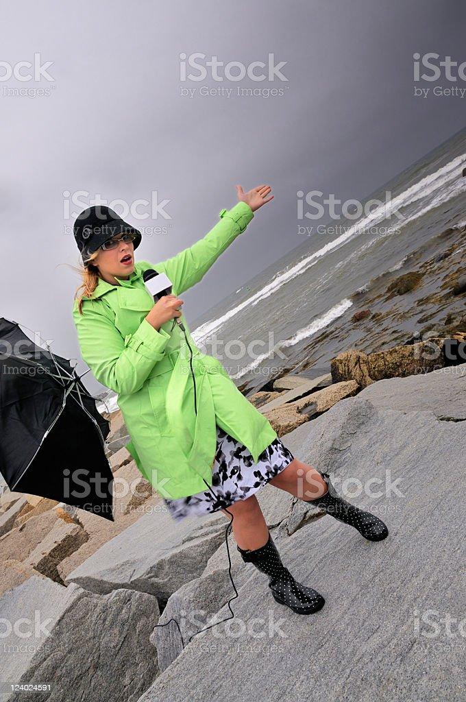 O clima costeiro repórter movimentos para surfe - foto de acervo