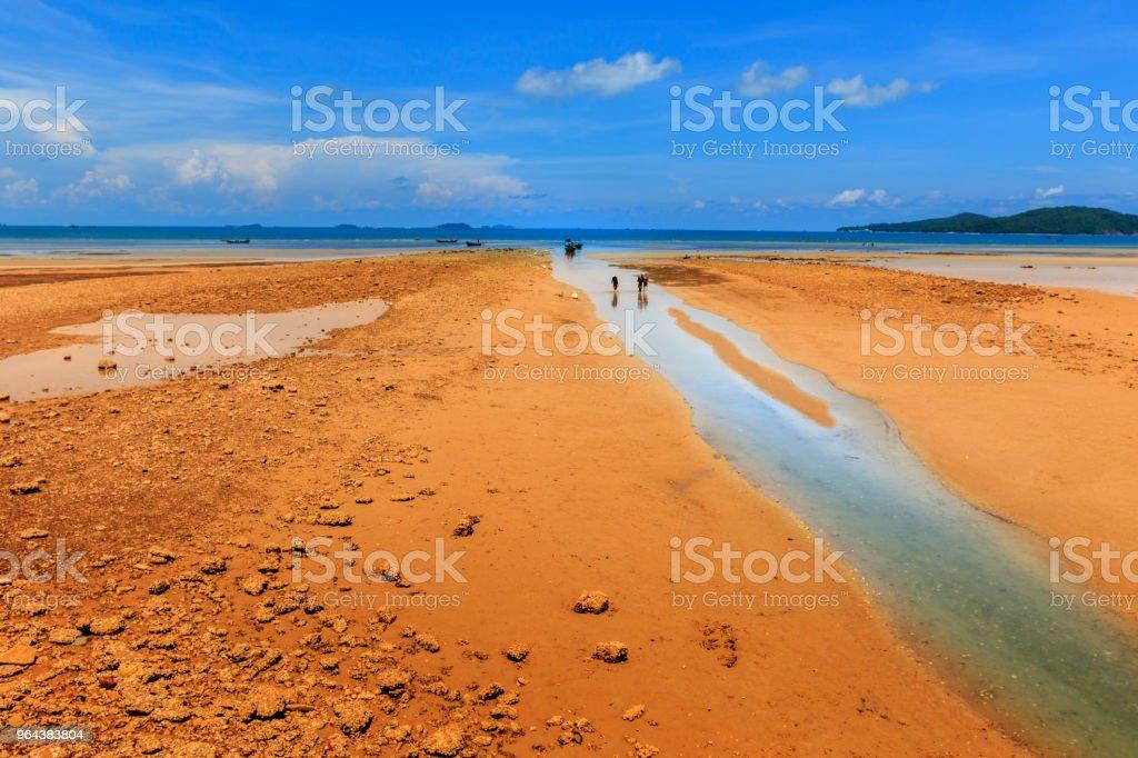 Costeira com céu azul - Foto de stock de Aldeia royalty-free