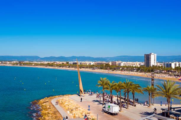 SALOU, TARRAGONA, Spanien - 24. April 2017: Küste Costa Dorada, Hauptstrand in Salou. Blauer Himmel. Platz für Text kopieren – Foto