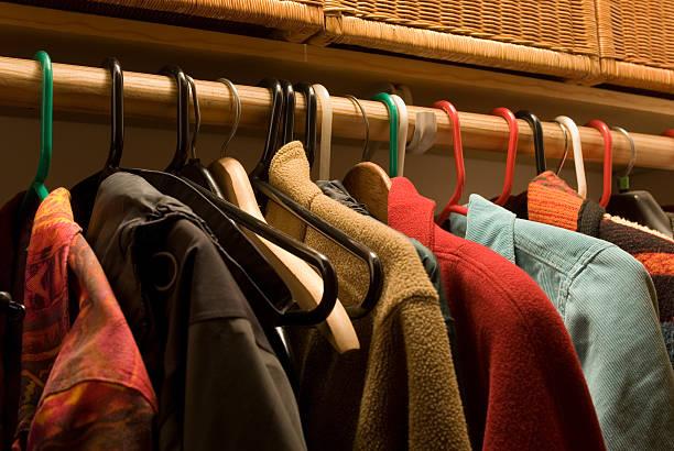 garderobenschrank - fleecepullover stock-fotos und bilder