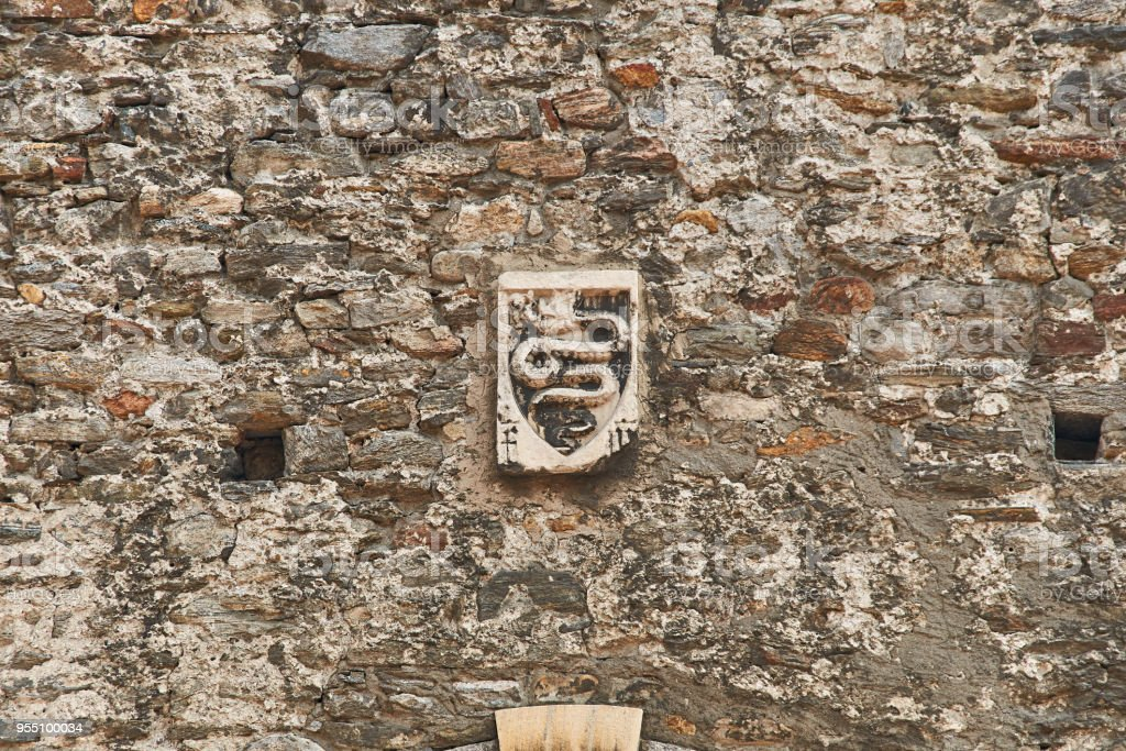 Coat of arms of Swiss city of Bellinzona on the old town wall - foto stock