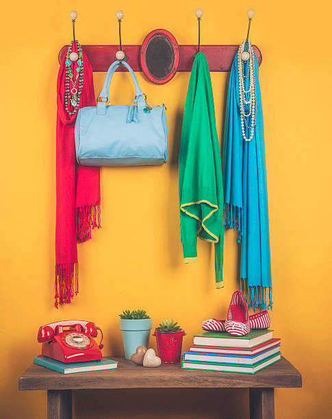 mantel ständer mit accessoires - garderobenhaken stock-fotos und bilder