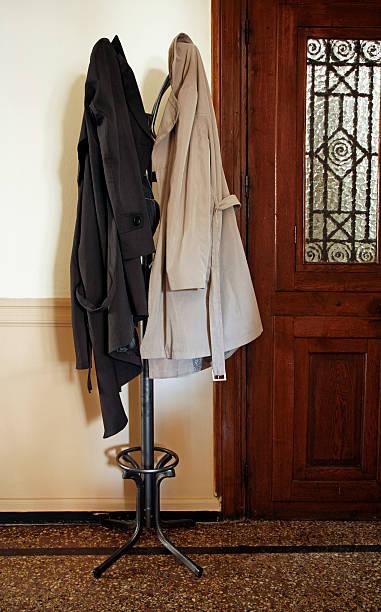 mantel ständer mit mäntel - garderobenhaken stock-fotos und bilder