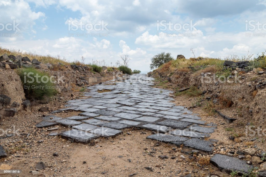 Calle adoquinada a las ruinas del griego - ciudad romana de la Susita del 3ro siglo A.C. - el 8 º siglo D.C. Hippus - en los altos del Golán, cerca del mar de Galilea - Kineret, Israel - Foto de stock de Abandonado libre de derechos