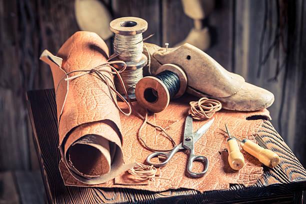 cobbler workshop with leather, threads and tools - remmar godis bildbanksfoton och bilder