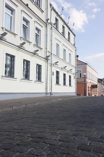 gepflasterten straßen und gebäuden belarus minsk - hatfield town stock-fotos und bilder