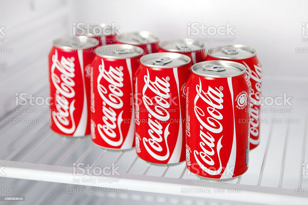 Kühlschrank Coca Cola : Dosen cocacola in kühlschrank stock fotografie und mehr bilder von