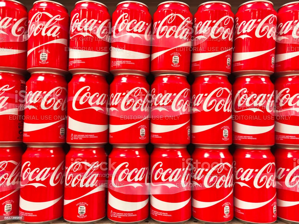 Coca-Cola cans in rows - foto stock