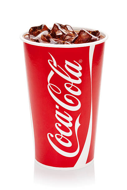 coca-cola with ice cubes in original cup. - 可樂 個照片及圖片檔