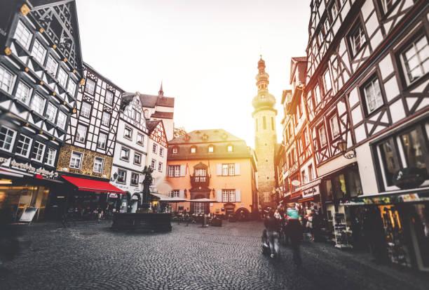cochem market square germany - buona pasqua in tedesco foto e immagini stock