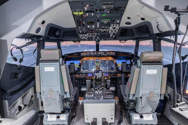 Cockpit des Flugzeugsimulators. Schalter und Zifferblätter im Hintergrund sichtbar. – Foto
