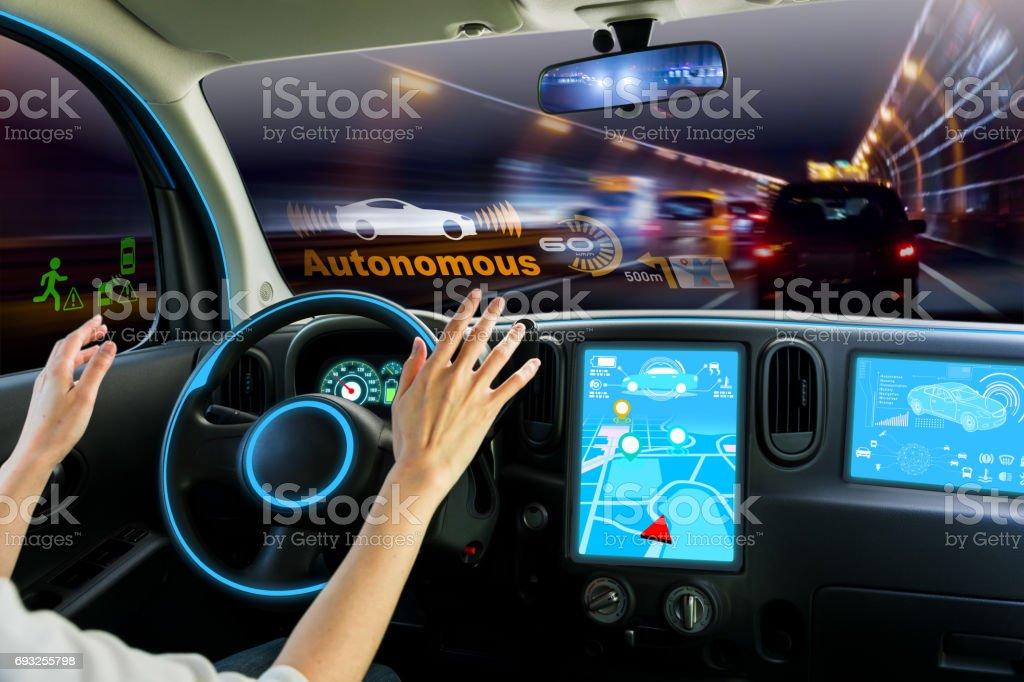 cockpit av autonoma bil. självkörande fordon händer fri körning. bildbanksfoto