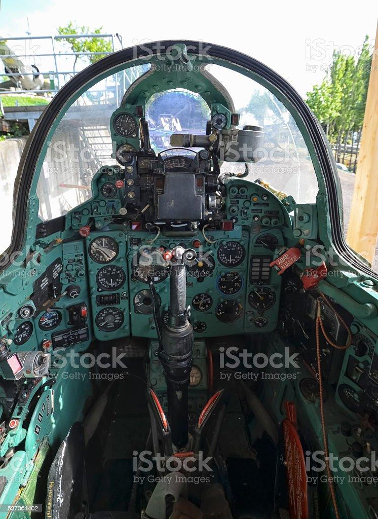 Cabina di pilotaggio di un aereo il mikoyangurevich mig 21 for Piani di cabina contemporanei
