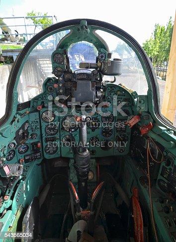 Cabina di pilotaggio di un aereo il mikoyangurevich mig 21 for Piani di cabina 32x32