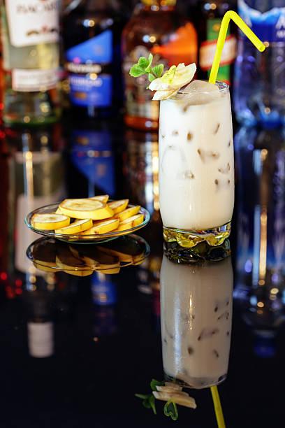 cocktail-banana - bananenlikör stock-fotos und bilder