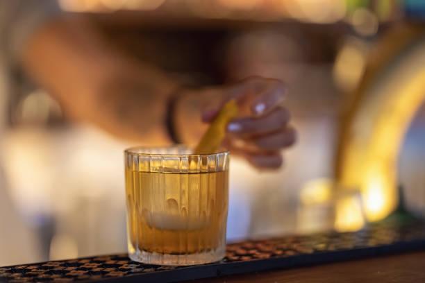 Cocktail som garneras med citrus frukter bildbanksfoto