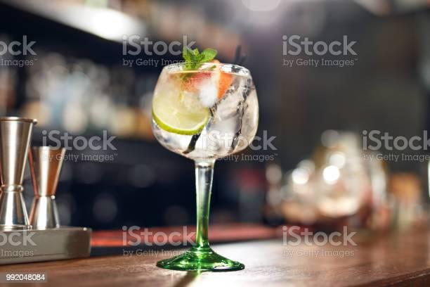 Cocktail drink in bar close up gin tonic cocktail picture id992048084?b=1&k=6&m=992048084&s=612x612&h=ccb9gjz7ljkukyr9hquzybasba57b8hm hfdzjrvyqc=