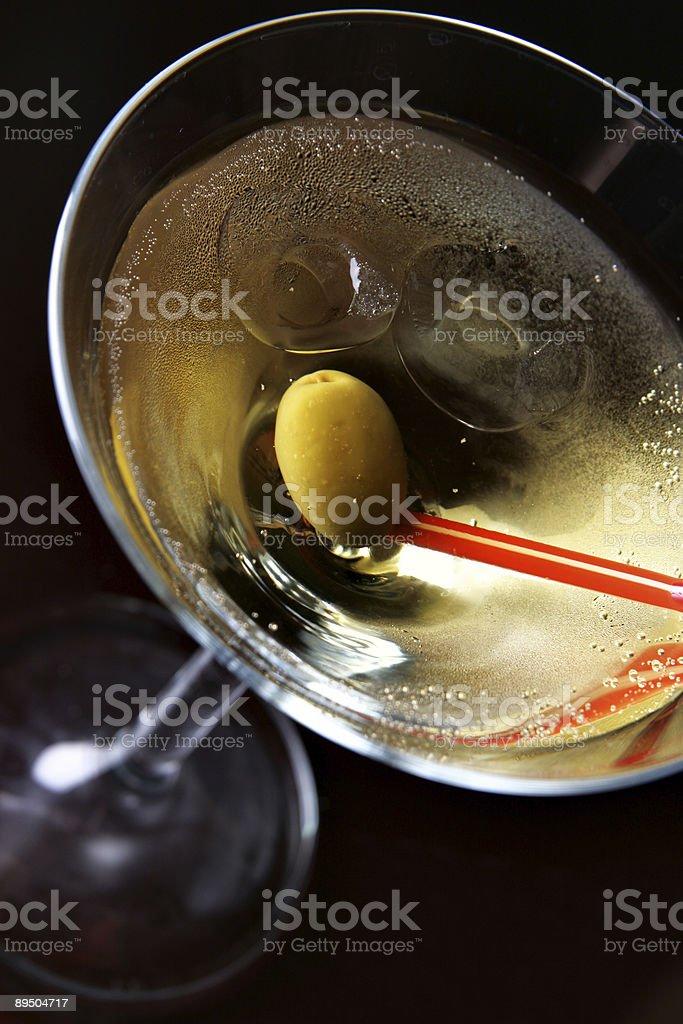 Vaso de cóctel con hielo y olive foto de stock libre de derechos