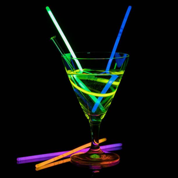 cocktailglas mit neonlicht - neon partylebensmittel stock-fotos und bilder