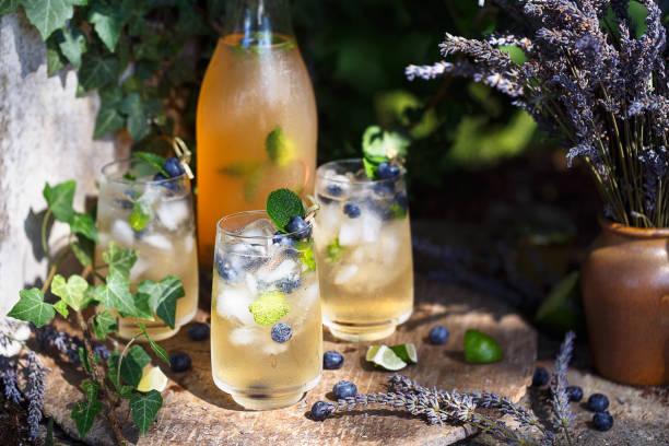cocktail à la lavande et myrtilles. boisson frais pour l'été - dranken stockfoto's en -beelden