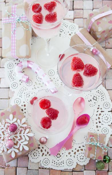 cocktail mit himbeere - cocktailrezepte ohne alkohol stock-fotos und bilder