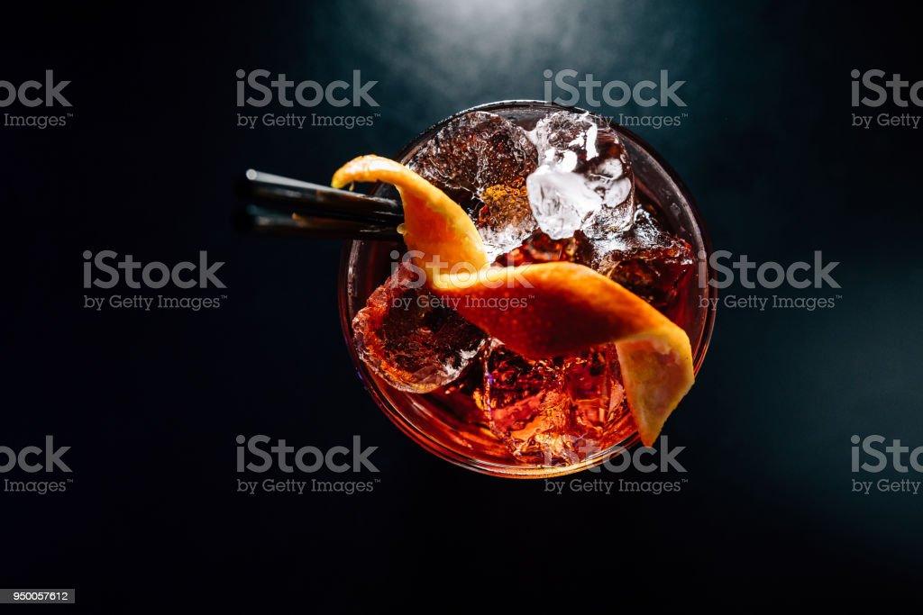 cóctel en un fondo negro - foto de stock