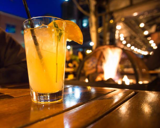cocktail outside at night - summer background zdjęcia i obrazy z banku zdjęć