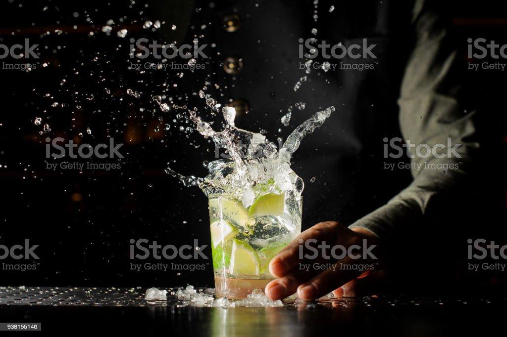 Splash cocktail avec des glaçons et de la chaux photo libre de droits