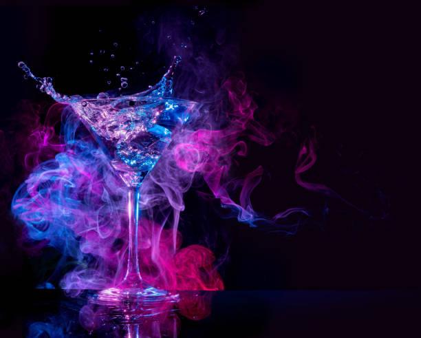 cocktail in einem rauchigen hintergrund plantschen - cocktails mit wodka stock-fotos und bilder