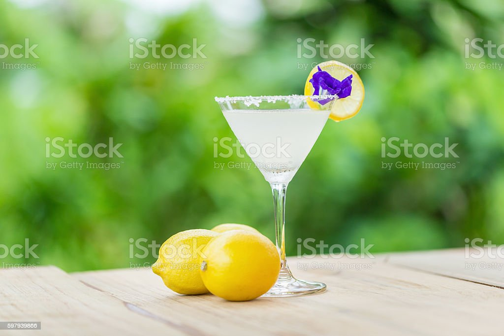 cocktail with a slice of lemon foto royalty-free