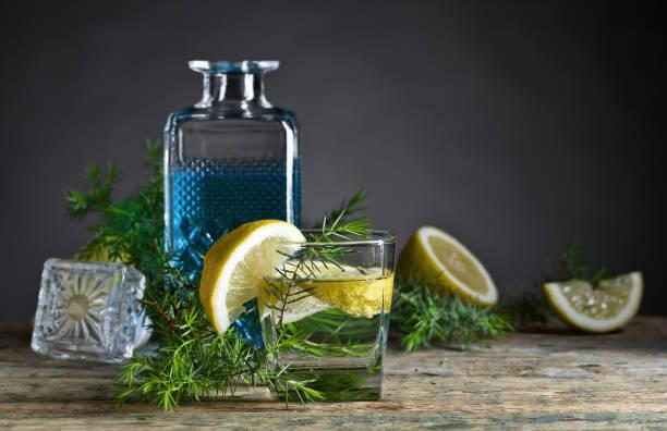 Cocktail au citron, tonique et gin bleu. - Photo