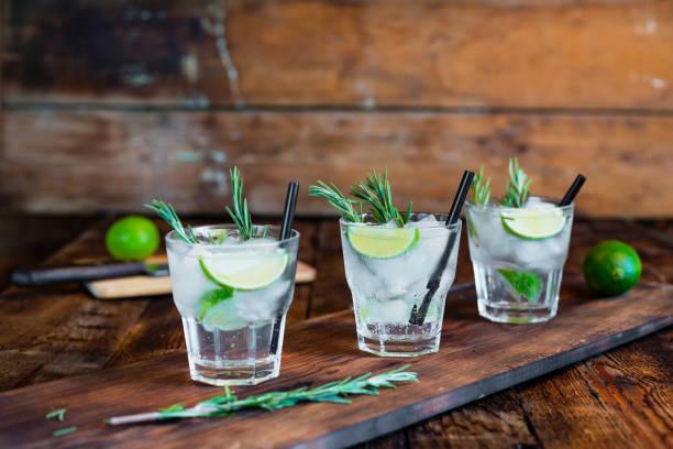 cocktail mit rosmarin closeup - cocktails mit wodka stock-fotos und bilder