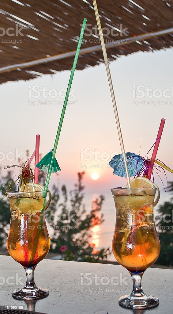Cocktail con tramonto - foto stock