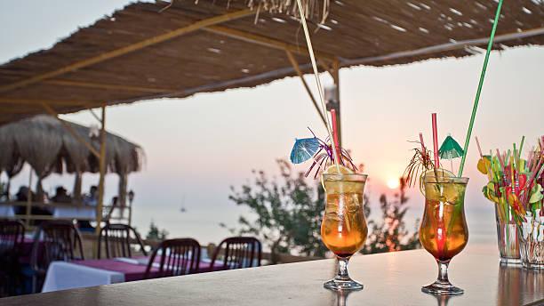 Cocktail con tramonto - foto stock