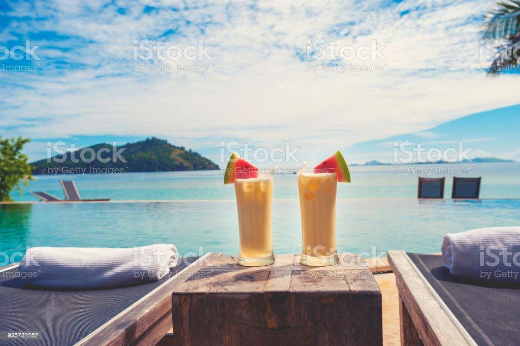 Cocktails am Pool mit Strand im Hintergrund. – Foto