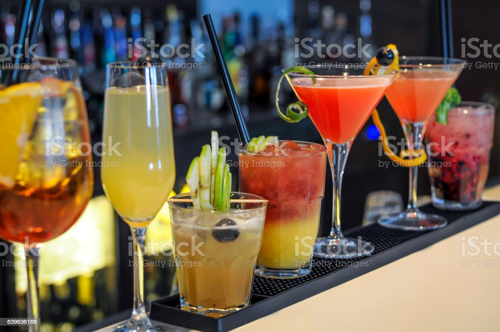 Cocktails drinks on bar - foto de stock