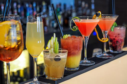 Cocktails Drinks On Bar Stok Fotoğraflar & Alkolizm'nin Daha Fazla Resimleri