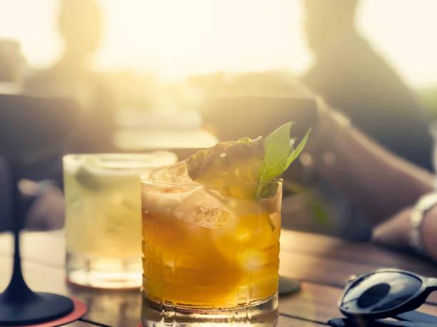Cocktails auf einem Tisch in einer Bar. – Foto