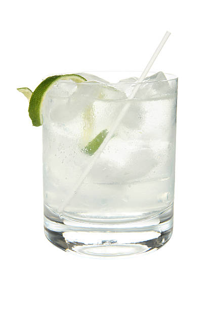 cocktails on white: gin and tonic. - gin stockfoto's en -beelden