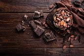 木製の背景にチョコレートのカカオ豆や