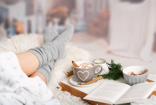 kakao, heiße schokolade, buch, gemütlich im winter - behaglich stock-fotos und bilder